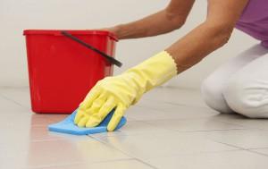Si t'i pastroni lehtë dhe shpejtë fugat në mes pllakave